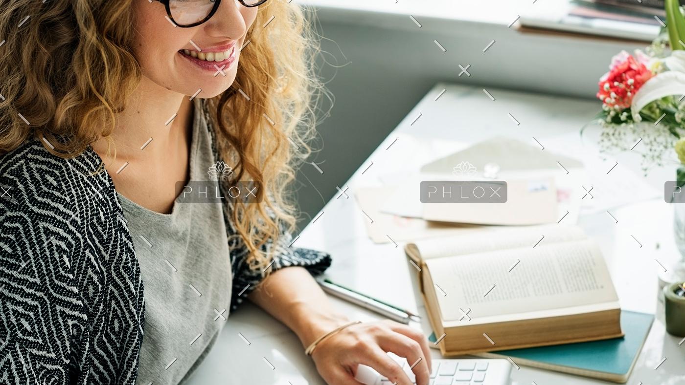 lady-girl-business-career-agenda-data-office-P855EST